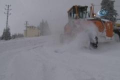 Uludağ'da kar kalınlığı yaklaşık 1 metreye ulaştı, bazı araçlar yolda kaldı