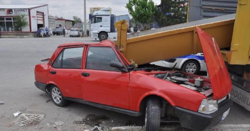 Otomobil, kamyon kasasındaki aparta çarptı
