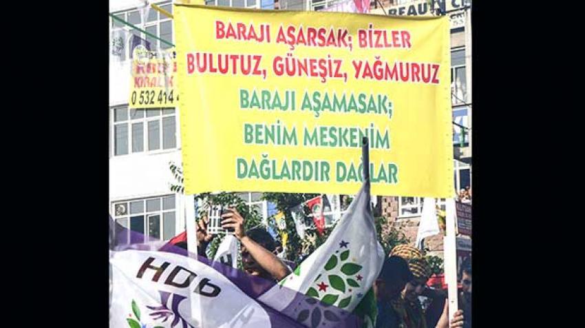 HDP mitinginde açılan pankarta tepki