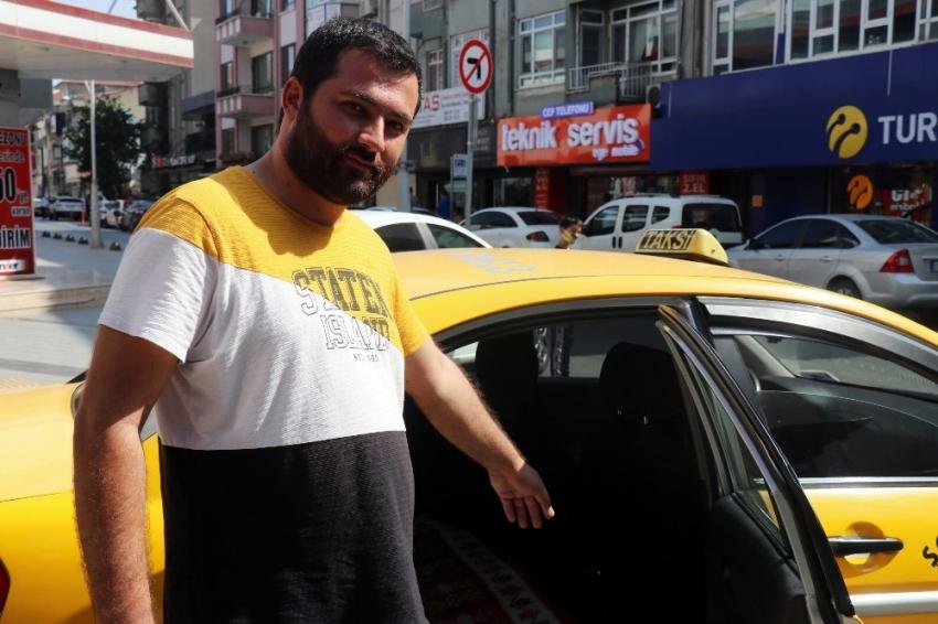 Yeni evlenecek çift, 17 bin liralık takı dolu çantayı takside unuttu