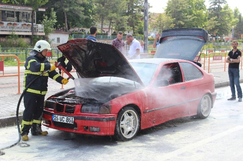 Otomobili yanan genç kız gözyaşlarına boğuldu