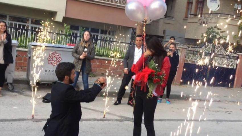 Zeybek oynayarak evlenme teklifi yaptı