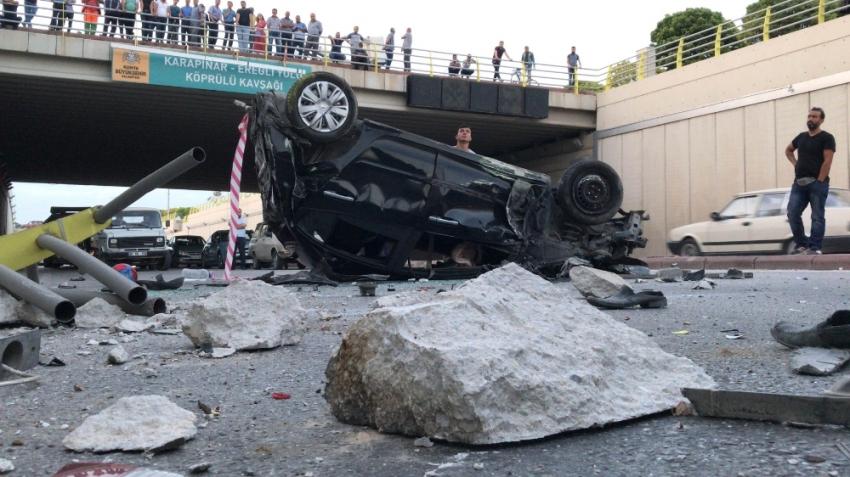Kamyonun çarptığı otomobil alt geçide düştü