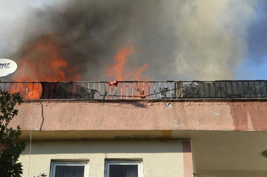 Yangında mahsur kalan çocuk son anda kurtarıldı