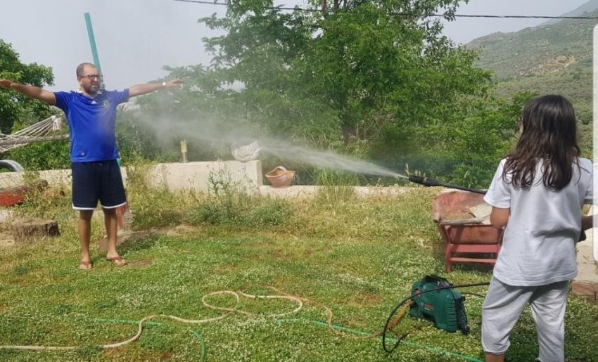 Tireli çiftçiler sıcağa rağmen çalışıyor