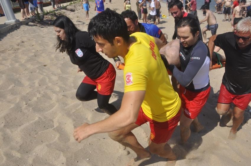 Dalgalı denizde dalgalara kapılan vatandaşlar