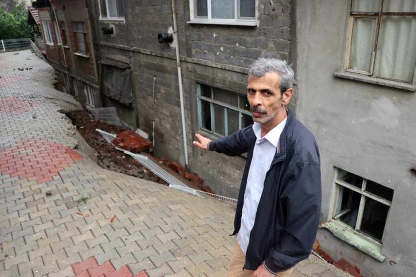 Aşırı yağış sonrası binanın istinat duvarı çöktü 23 hane boşaltıldı