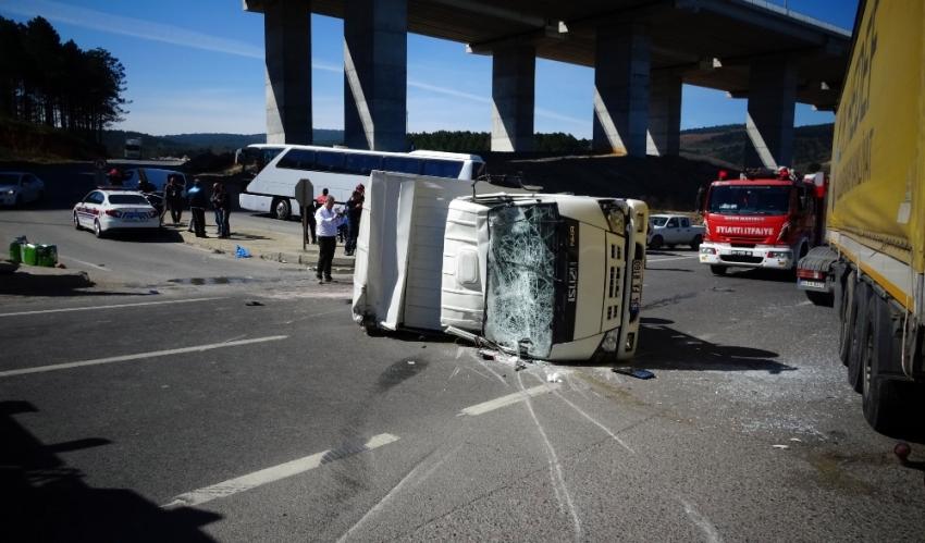 Tır ile kamyonet çarpıştı: 3 yaralı