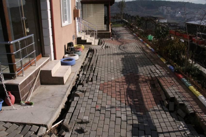İnşaat çalışması 4 evin temelini kaydırdı