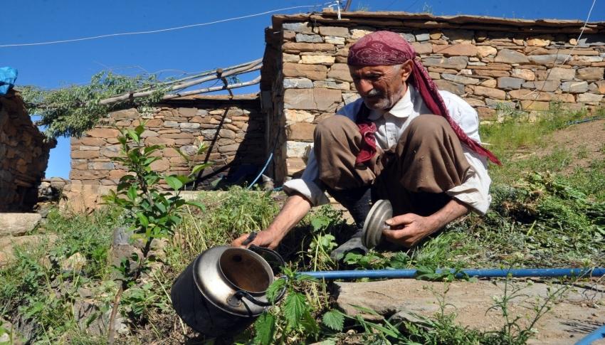 Boşaltılan köyde tek başına yaşıyor