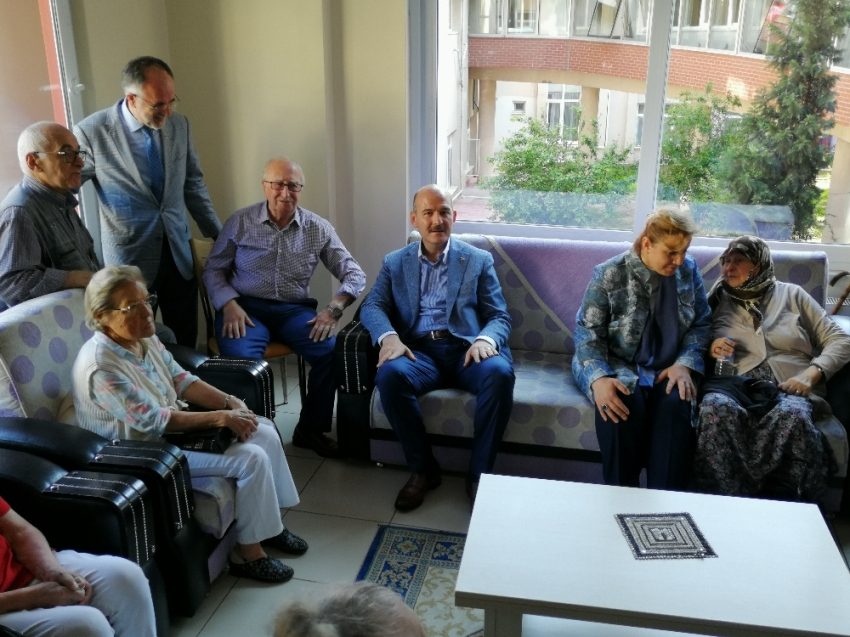 Bakan Soylu huzurevi sakinlerini ziyaret etti