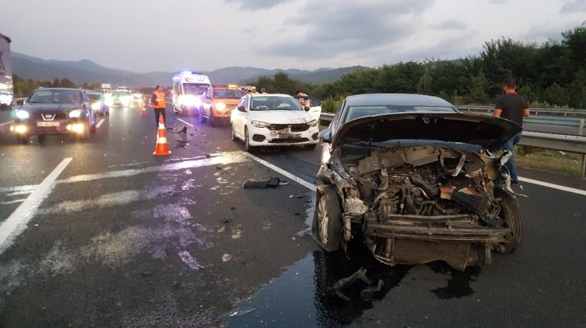 4 aracın karıştığı trafik kazasında 2 kişi yaralandı