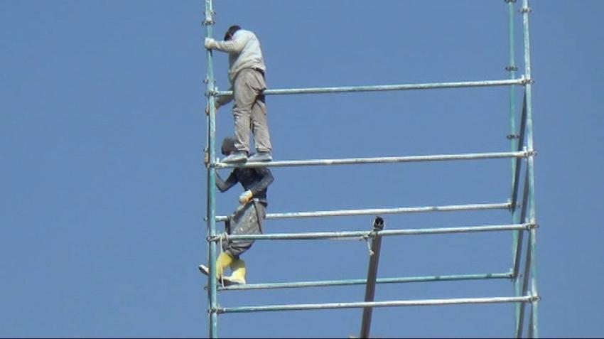 Metrelerce yüksekte çalışan işçiler tehlikeye aldırış etmiyor