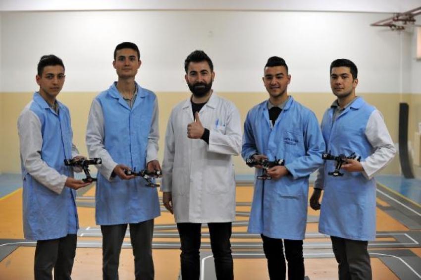 Lise öğrencileri çizgi takip edebilen robotik yarış arabası geliştirdi