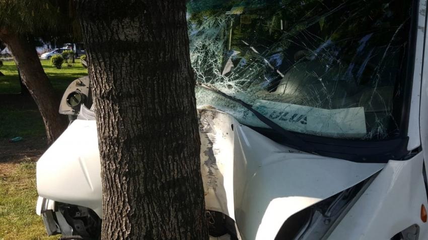 Otomobille çarpışan servis aracı yaklaşık 50 metre sonra ağaca çarparak durdu