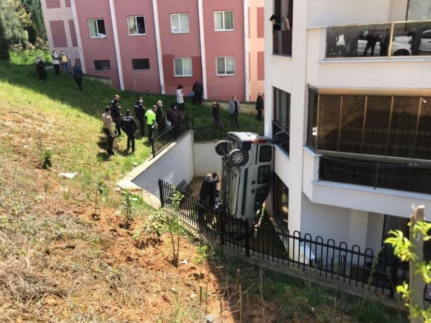 Otomobil 30 metreden apartman boşluğuna düştü: 1 ölü, 1 yaralı