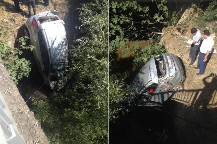 Otomobil dereye uçtu! 2 ölü