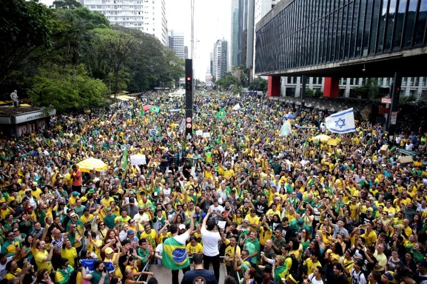 Brezilya'da halk sokaklara döküldü