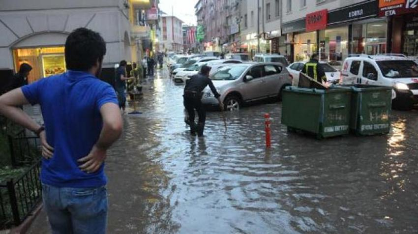 15 dakikalık yağış hayatı felç etti