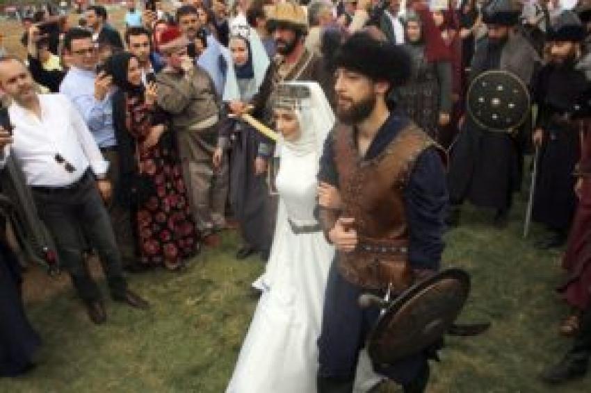 Eski bakan Recep Akdağ'ın oğlu 'Kayı Düğünü' ile evlendi