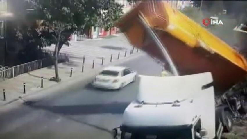 Hafriyat kamyonu devrildi, sürücü saniyelerle kurtuldu