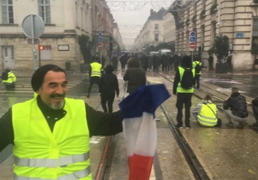 """""""Sarı Yelekliler"""" eyleminde bir Türk elini kaybetti"""