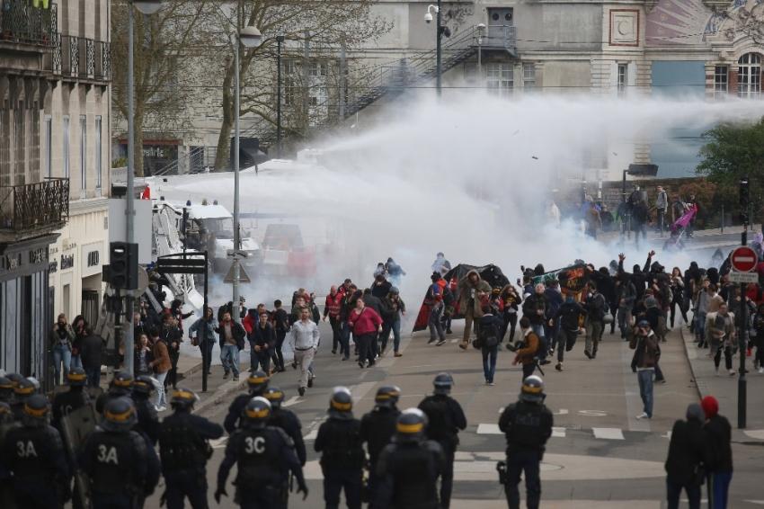 Fransa'da reform karşıtı grevler sürüyor
