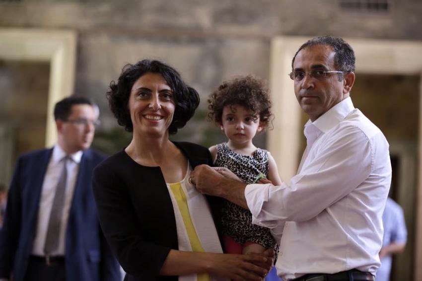 Milletvekili Kayışoğlu'na rozeti gazeteci eşi taktı
