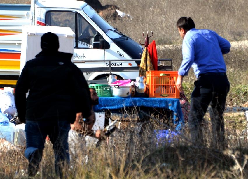Başıboş at ve kaçak baraka sahipleri zabıta ve polise bıçakla direndi