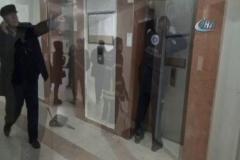 12. katta asansörde mahsur kalan kızları itfaiye kurtardı