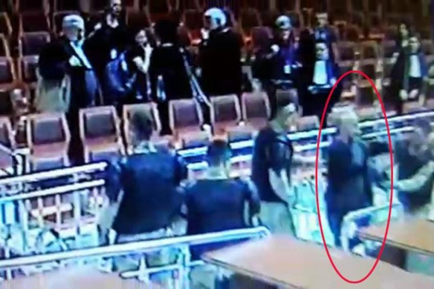 Avukatın mahkeme heyetine saldırmaya çalışması kamerada