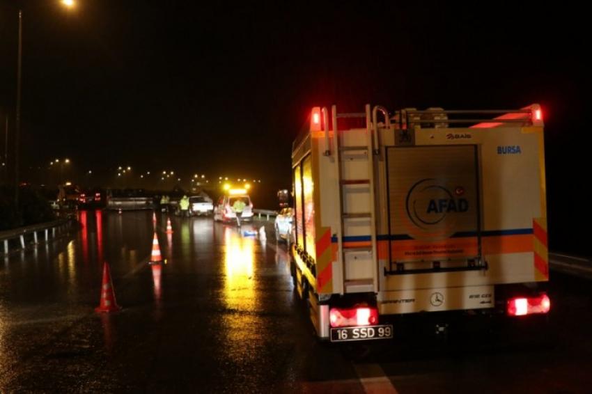 Bursa'da kostik kimyasalı yüklü tanker devrildi