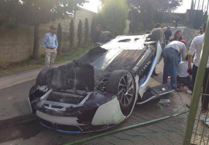 BMW i8 takla attı