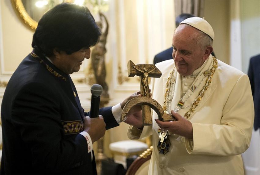 Papa üstünü restorantta değiştirdi