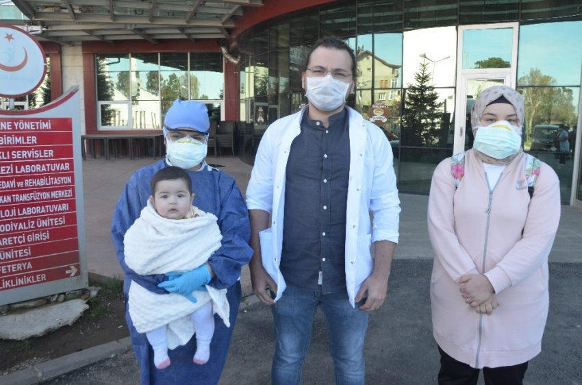 7 aylık Duru ve ailesi korona virüsü yendi