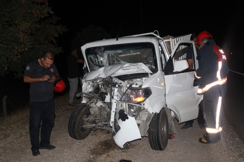 Traktör ile pikap kafa kafaya çarpıştı: 3 yaralı