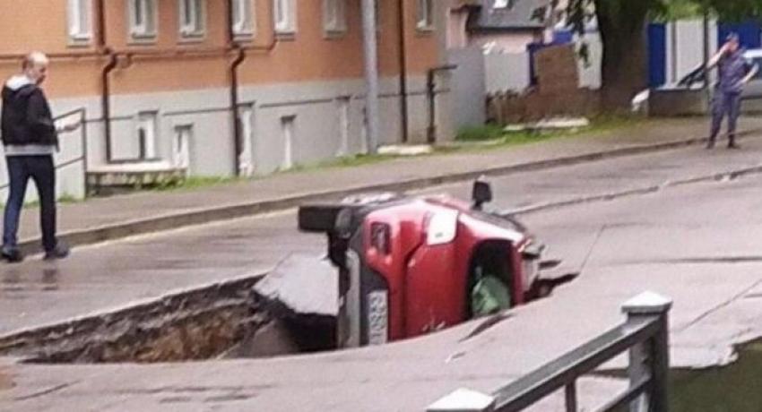 Otomobil asfaltın çökmesiyle çukura düştü