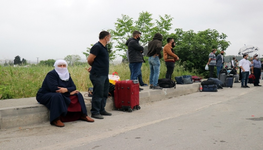 Saatlerce otobüs bekleyen vatandaşlar bilet fiyatlarına isyan etti