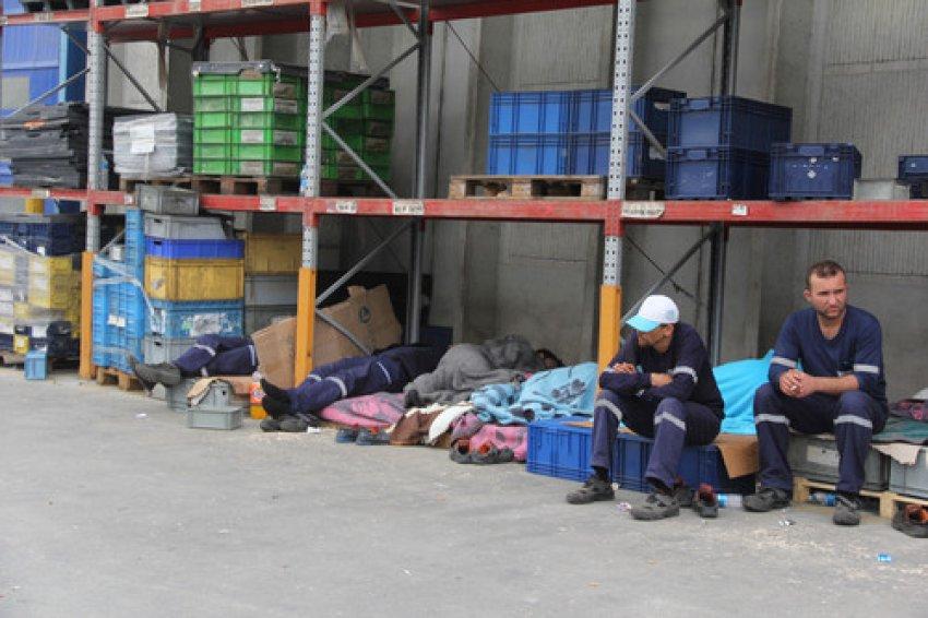 Eylemdeki işçiler fabrika bahçesinde uyuyor