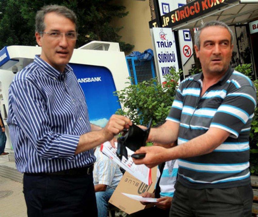 Bursa'da vatandaş milletvekili adayına boş cüzdanını gösterdi!