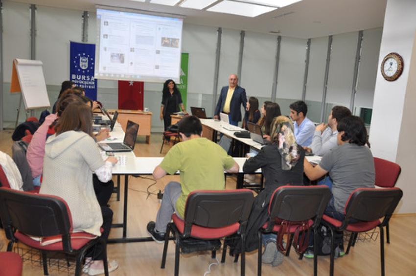 Bursa'da gençlere sosyal medyanın doğru kullanımı anlatıldı