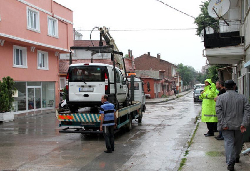 Bursa'da araçlar çekiciyle otoparka taşındı