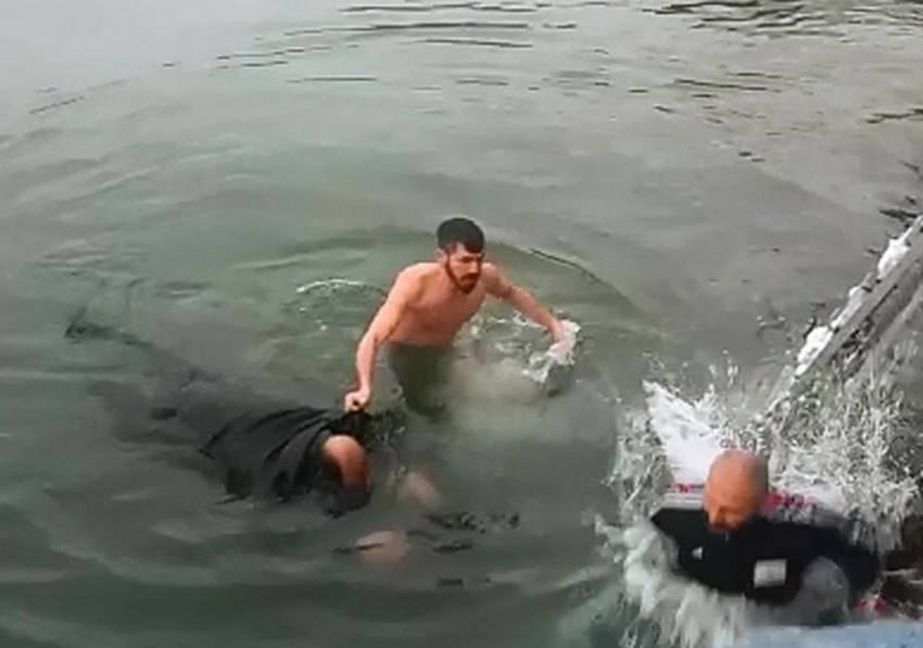 Hayat kurtarmak için dondurucu soğukta denize atladı
