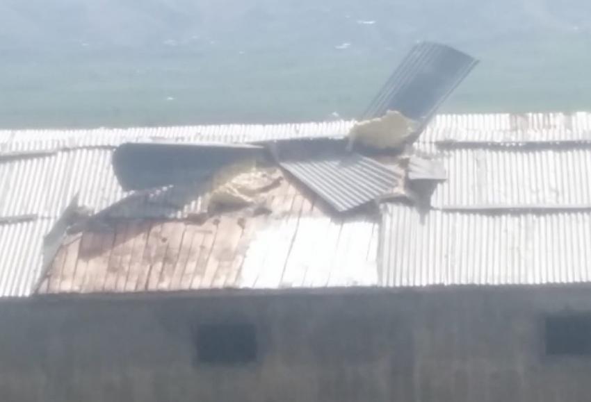 Fırtına çatıları uçurdu, direkleri devirdi