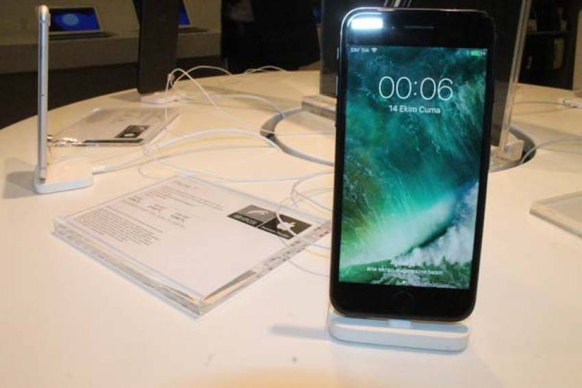 iPhone 7 almak için geceden kuyruğa girdiler!