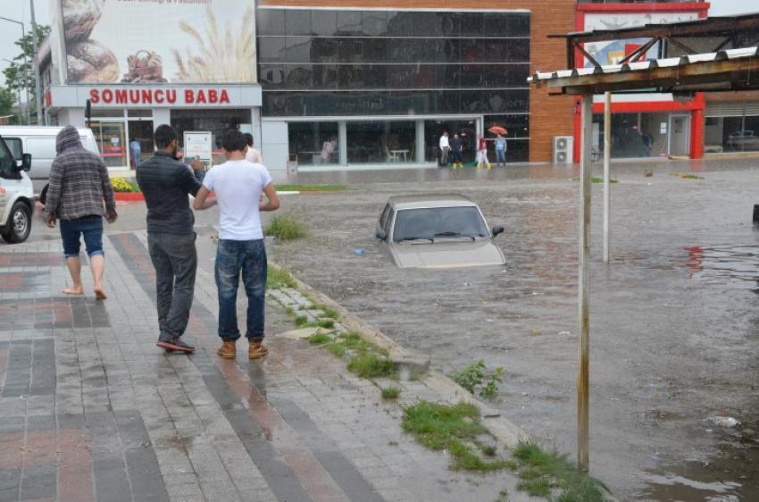 Bursa'da cadde ve sokaklar göle döndü!
