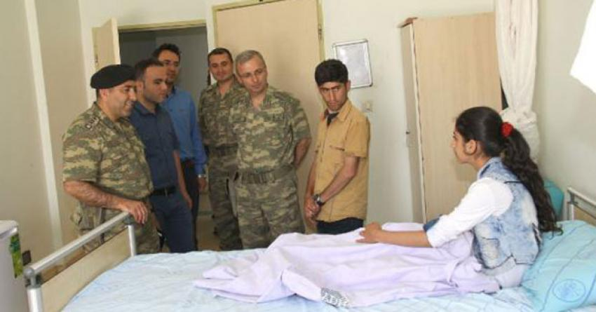 Dağlıca'da yaralanan kıza komutanlardan ziyaret