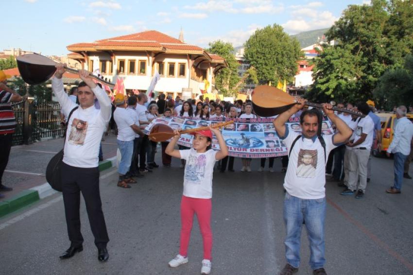 Bursa'da Madımak olayları için sazlarıyla yürüdüler