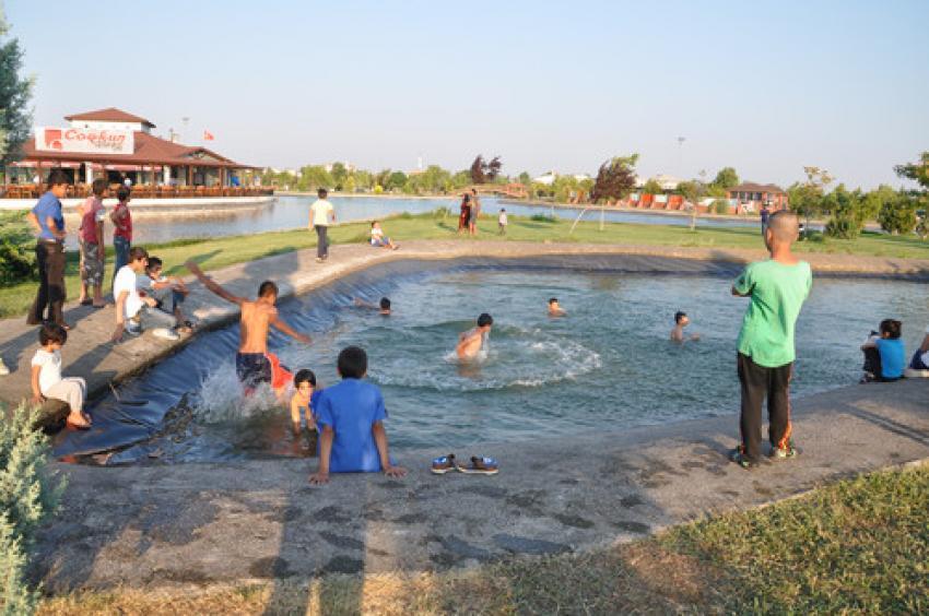 Bursa'da sıcaktan bunalan çocuklar...