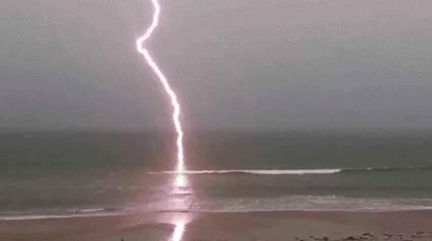 Bodrum'da denize yıldırım düştü